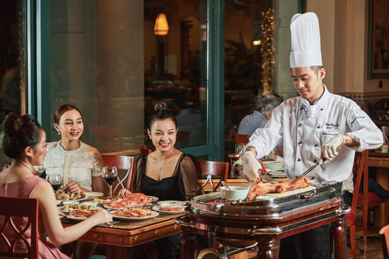 A chef cooking live near the guests at Hanoi Daewoo Hotel