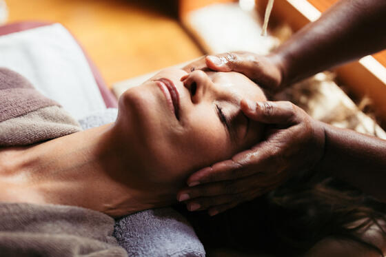 A woman is enjoying the ayurvedic massage service in the Liebes