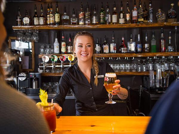 Bar dans Auberge du Lac Taureau, The Originals Relais