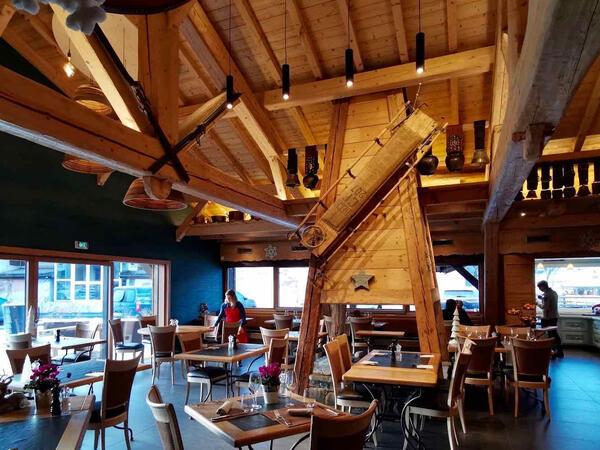 Salle principale du restaurant avec cheminée centrale