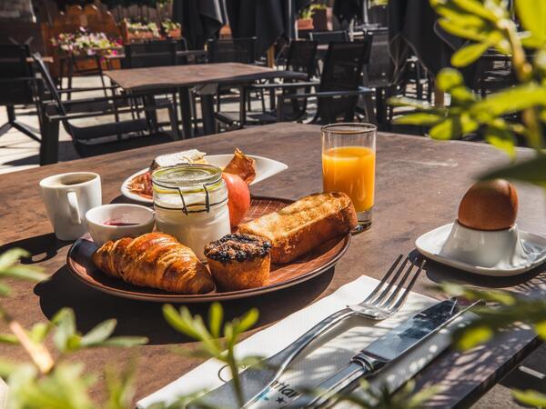 Buffet Petit Déjeuner assiette terrasse Les Gentianettes