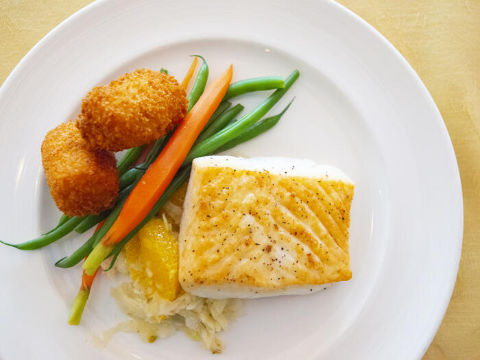 Fish platter with fresh vegetables