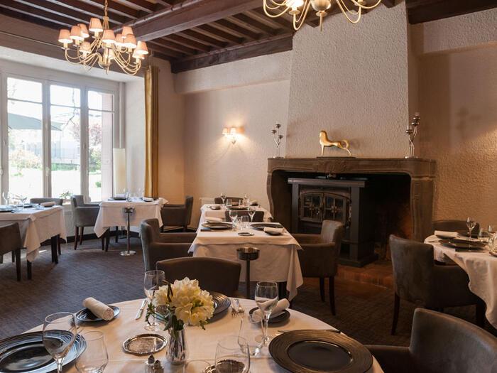 tables du  restaurant de l'hôtel Clos St Elois, The Originals Re