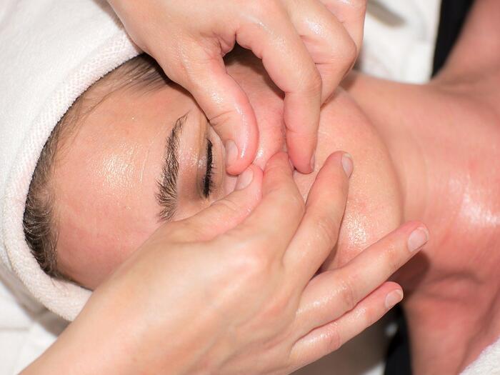 Une femme reçoit un soin du visage Ko Bi Do