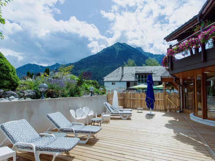 Terrasse extérieur avec transat et vue sur la Montagne