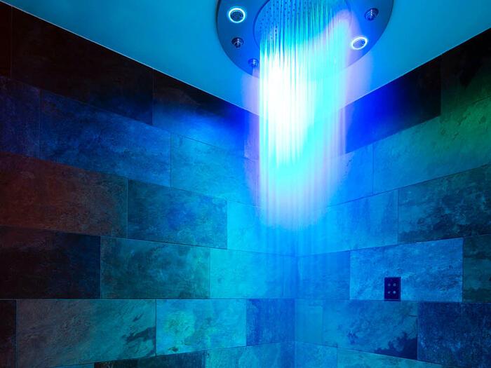 Douche sensorielle lumière bleue Spa Les Gentianettes