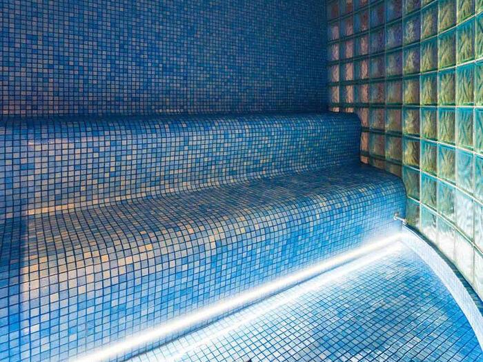 Hammam avec carreaux bleus Spa Les Gentianettes