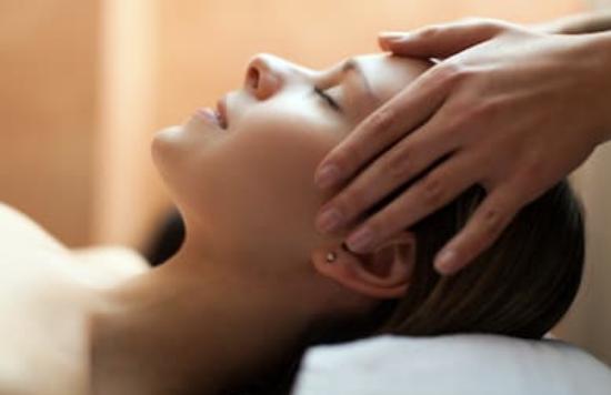 Une femme reçoit un massage du visage