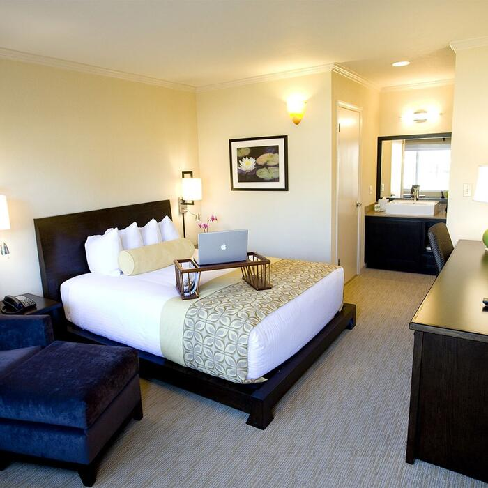 Queen room bedroom