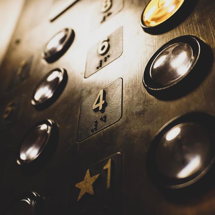 ascenseur à l'hôtel Clos St Elois, The Originals Relais