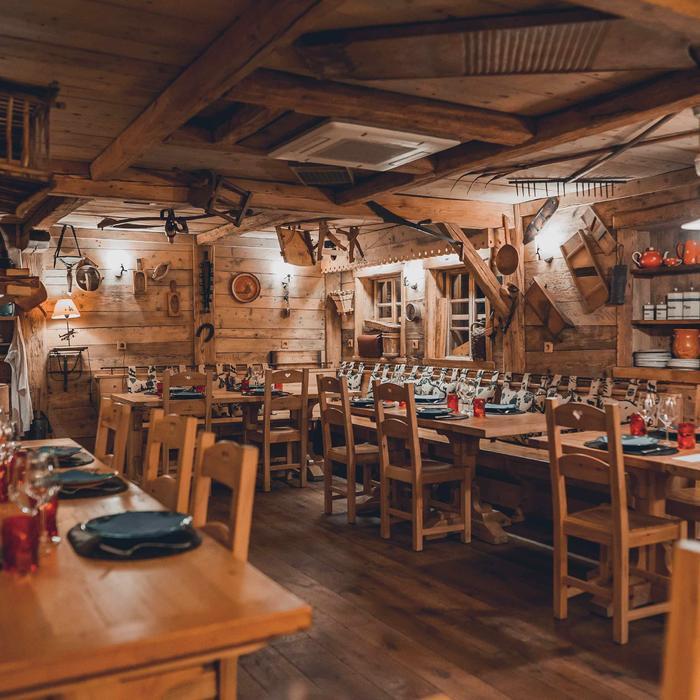 Salle du restaurant La Baratte avec assiettes et verres