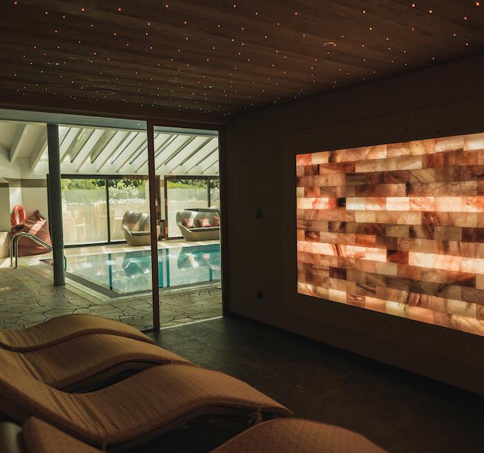 Salle de repos avec mur de brique de sel au Spa Les Gentianettes