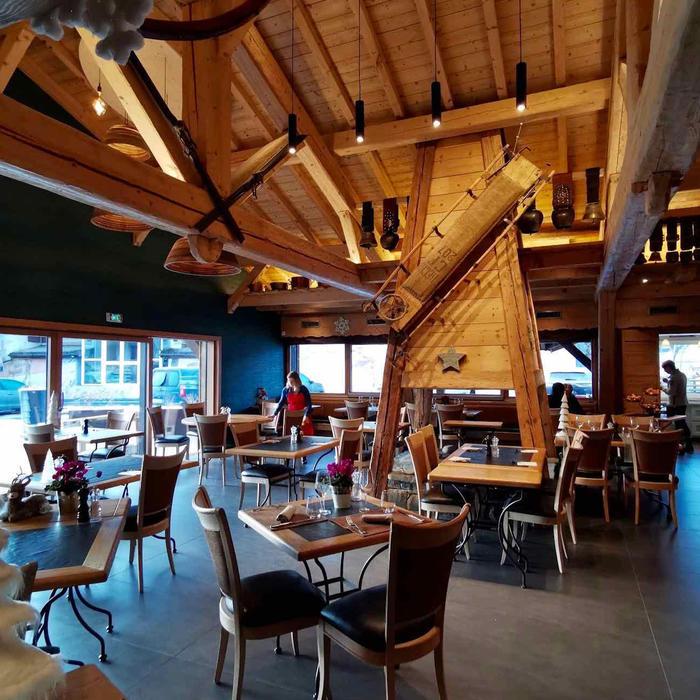 Salle de restaurant avec cheminée centrale en bois