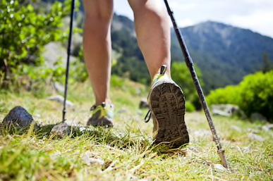 Focus sur chaussure de randonnées et bâton de marche