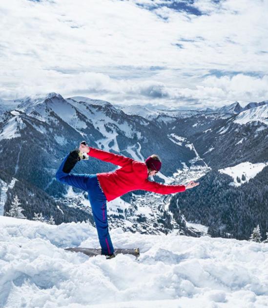 Proche de yoga dans la neige faisant une position d'équilibre