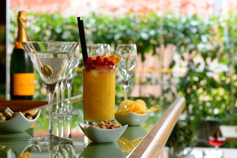 cocktails bar lounge
