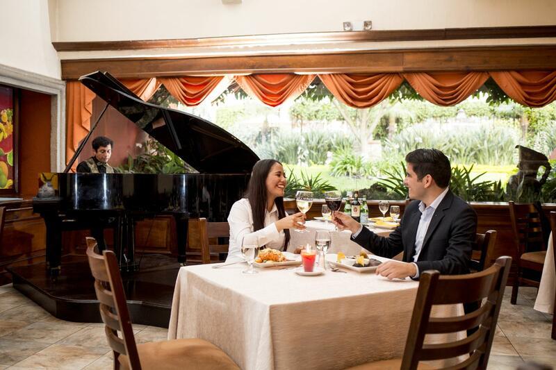 Pareja cenando junto al Piano