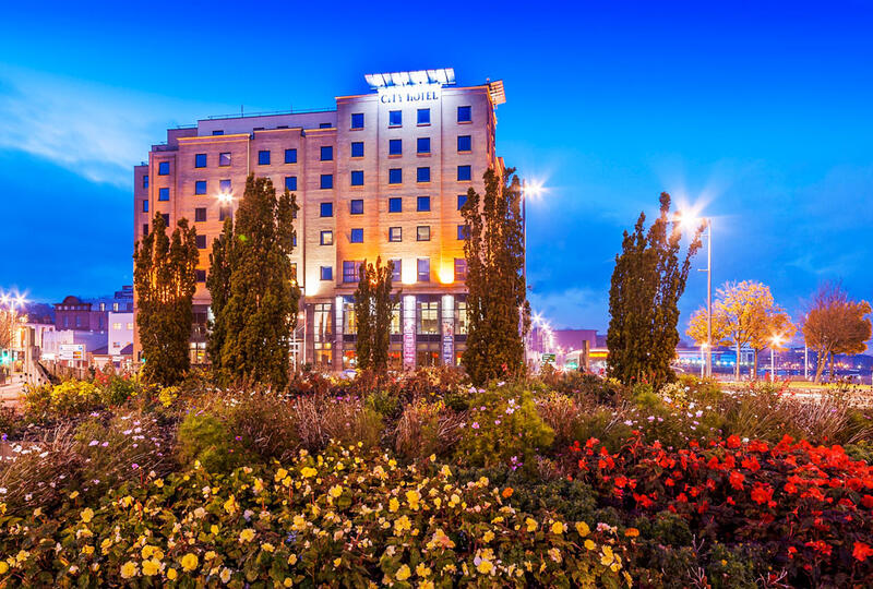 City Hotel Derry And Garden With Flowers