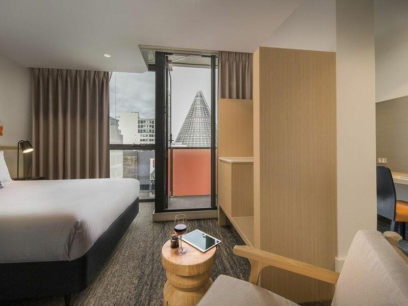 Queen room with desk at Brady Hotels Central Melbourne