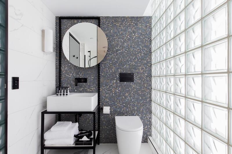 Brady Hotels Jones Lane - bathroom with window