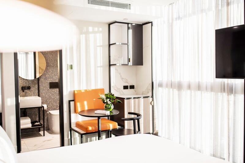 Brady Hotels Jones Lane - balcony room blurred