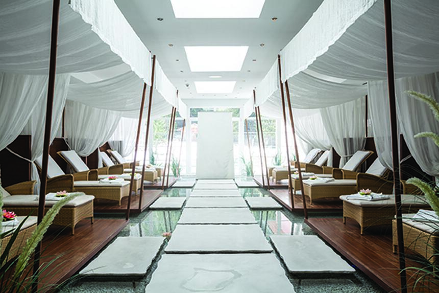 A spa filled with two white chaise lounges in the Liebes Rot Flu