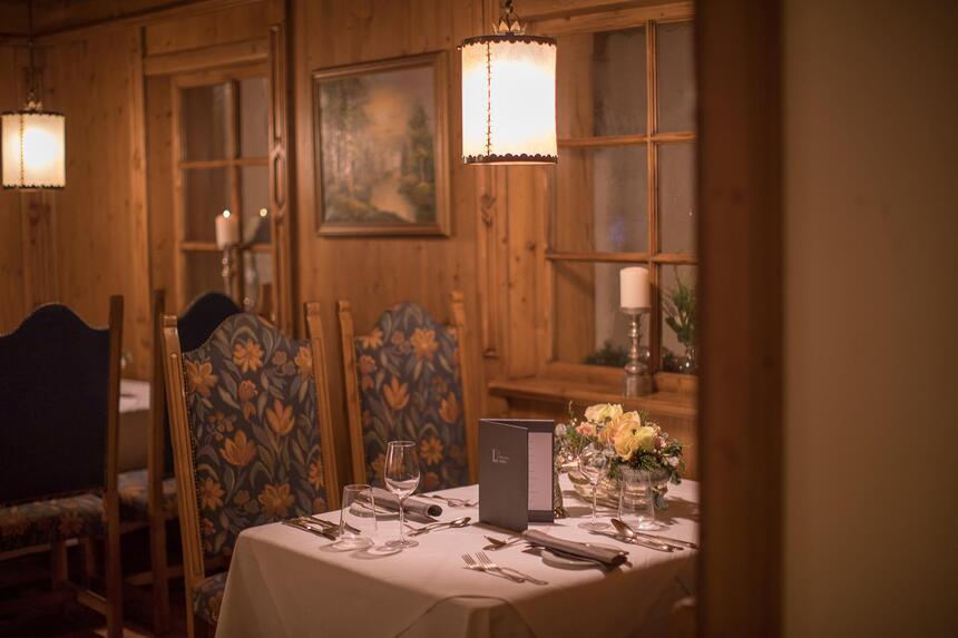 A dining table with the menu in the  Liebes Rot Fluh Hotel.