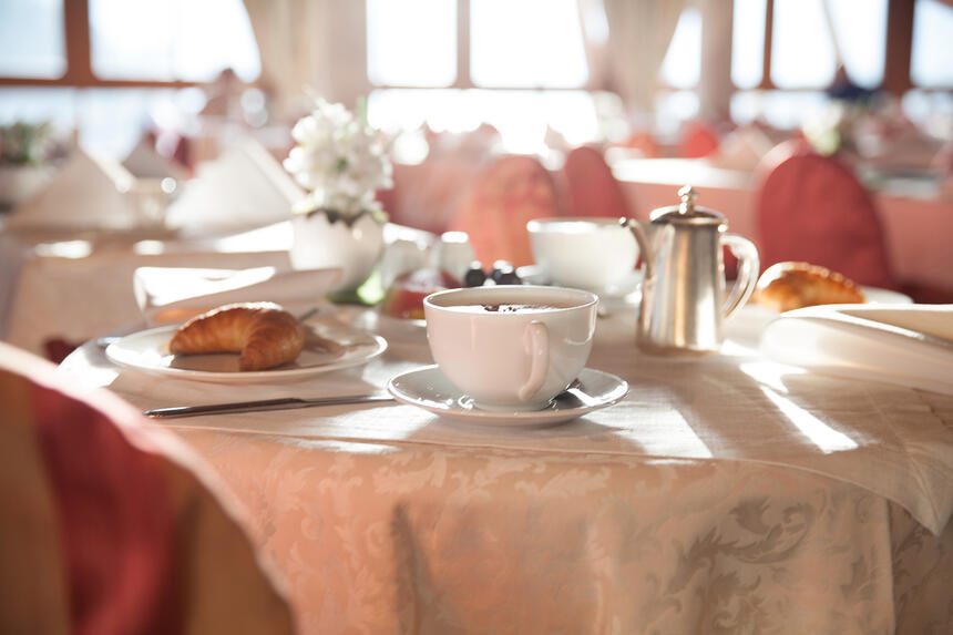 A table with a cup of tea and snacks  in the Liebes Rot Fluh Hot