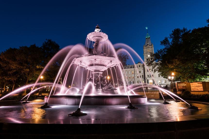 une fontaine d'eau éclairée la nuit