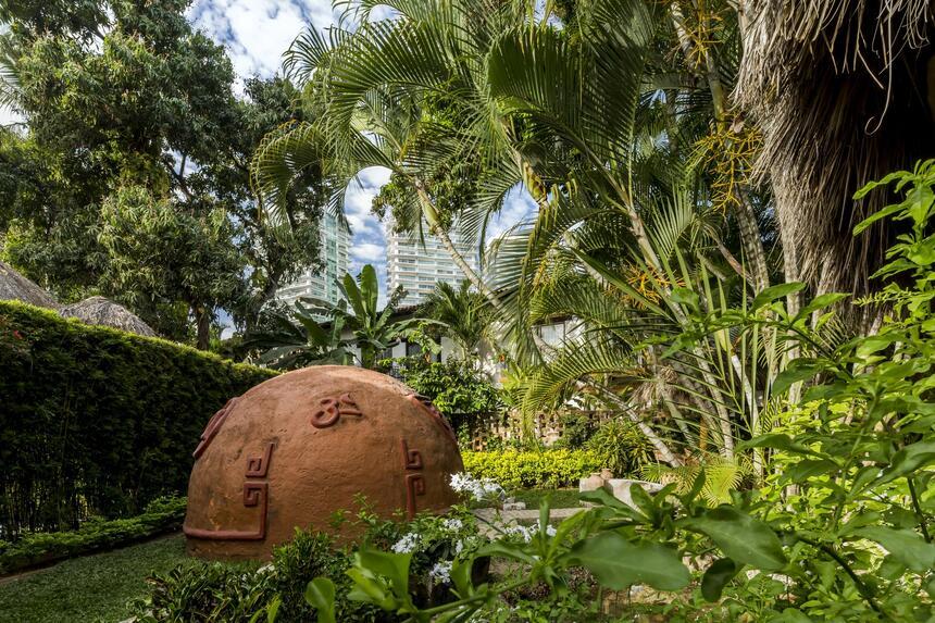 una hacienda circular rodeada de plantas