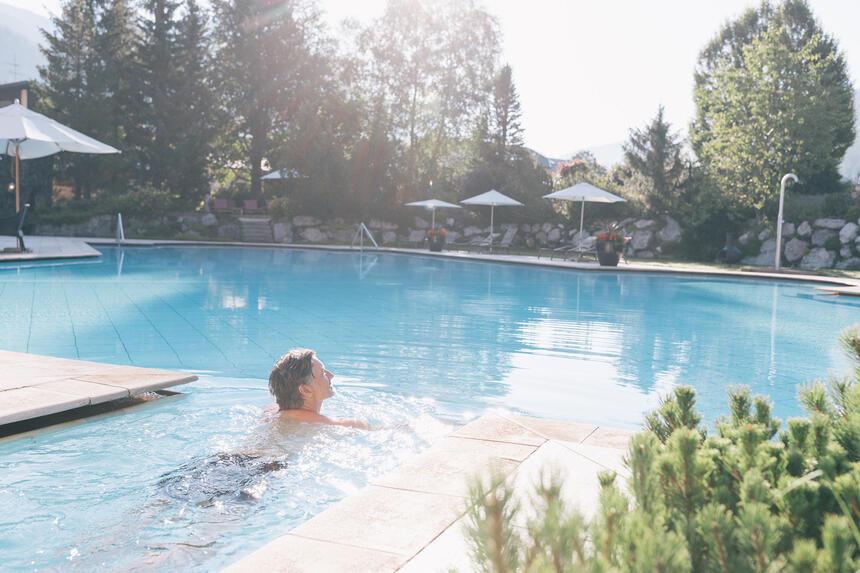 Schwimmer im Aussenpool im Hotel Liebes Rot Flüh, Haldensee Tiro