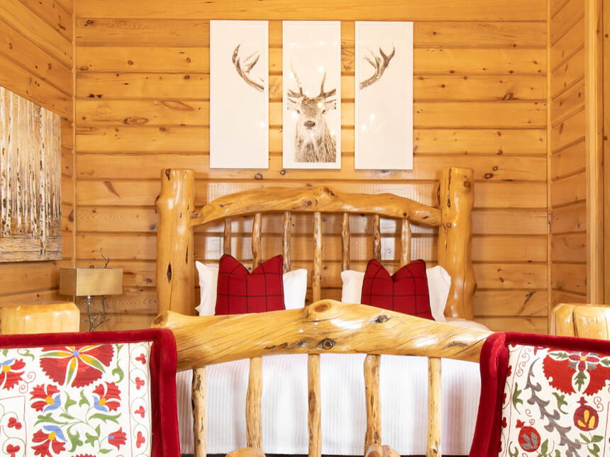 retro suites king executive bed in log cabin
