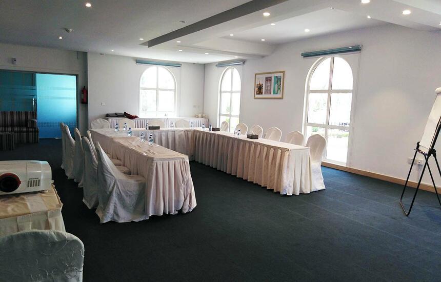 U-shape configuration in meeting room