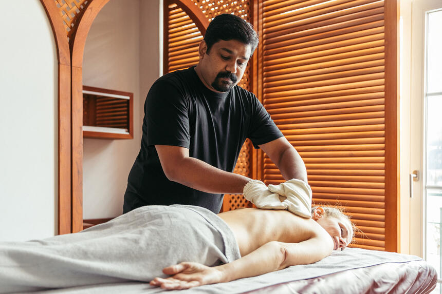 A woman is enjoying the ayurvedic service in the Liebes Rot Fluh