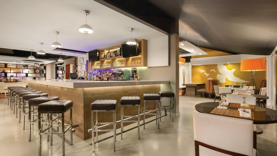 Emigrante Gastrobar dining room with bar and barstools
