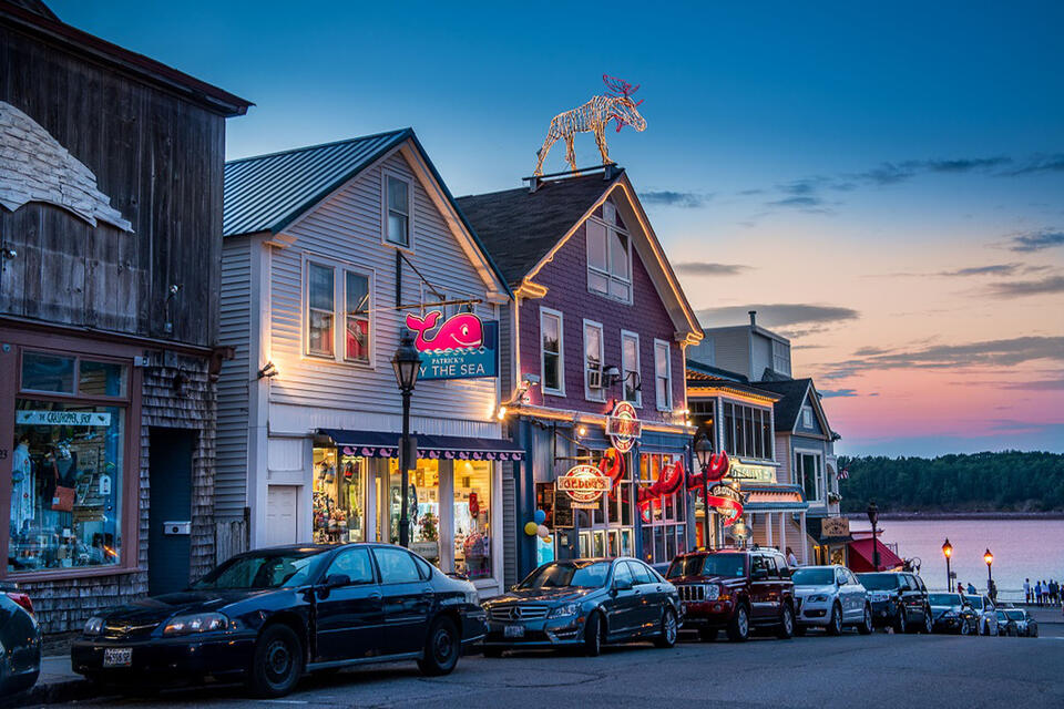 exterior of bar harbor maine shopping and bars