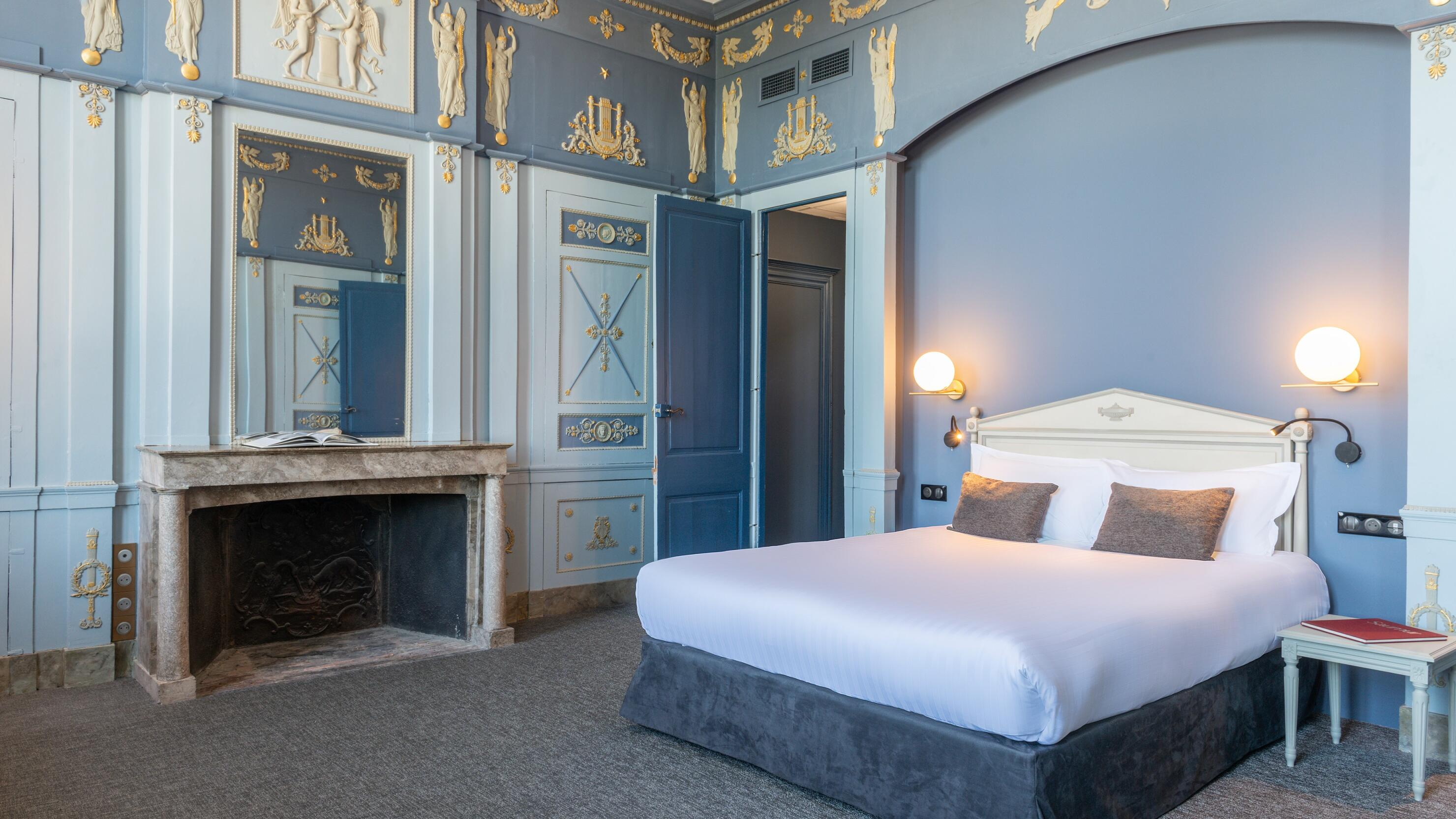 Kings bed in chambre Prestige loire at The Originals Hotels