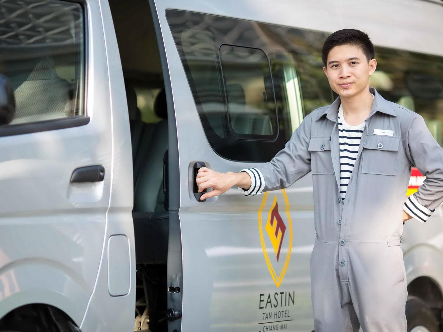 Man opening the door of a vehicle - Eastin Hotel