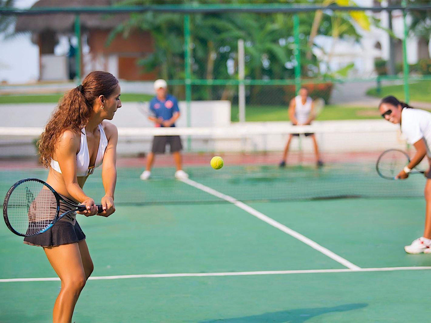 Gente jugando tenis