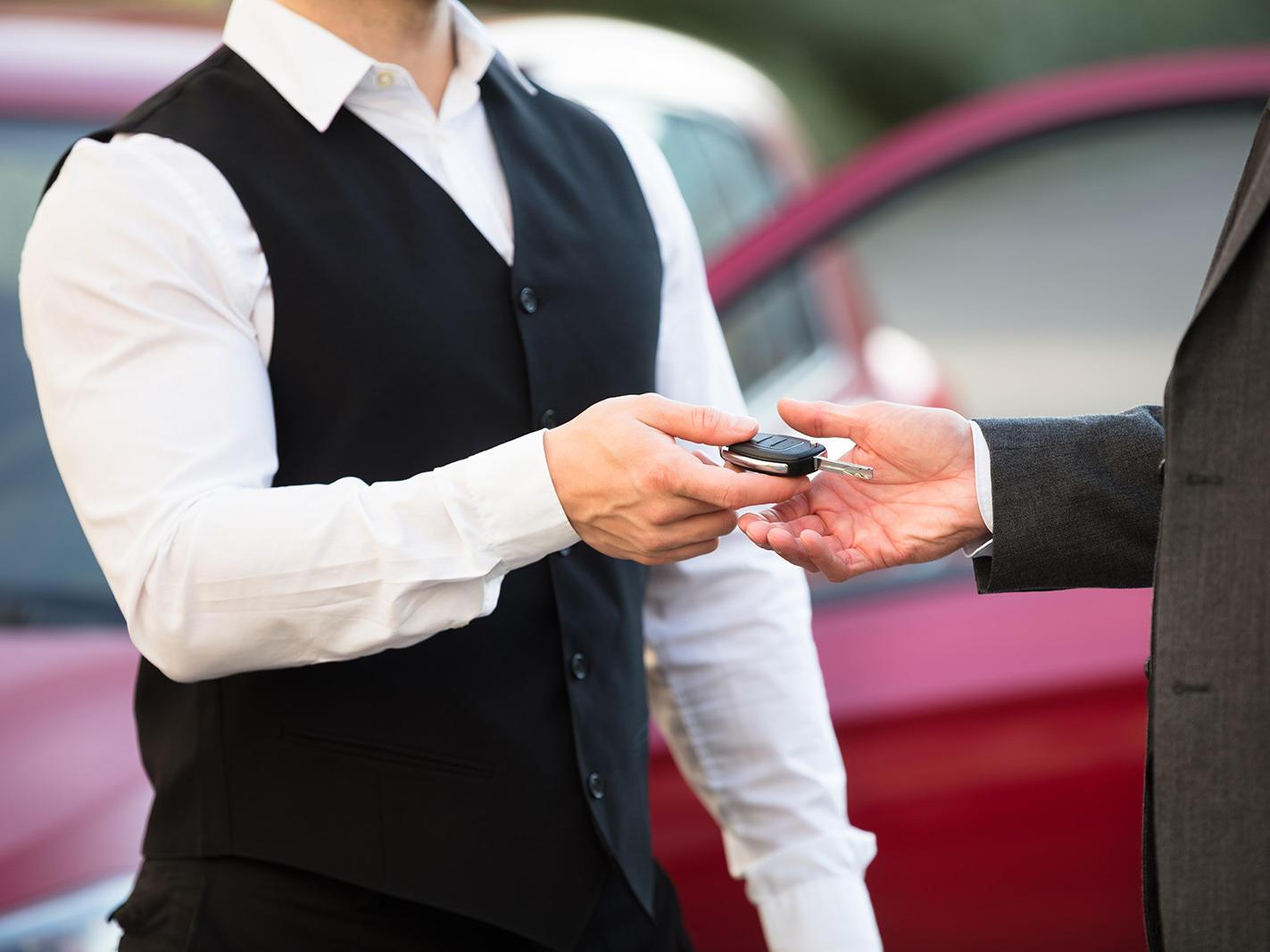 Staff member handing over keys to a customer at Valet Parking in Wayam Mundo Imperial
