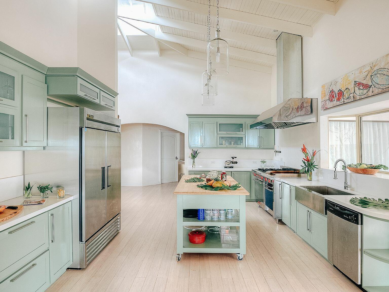 full chef's kitchen with kitchen appliances