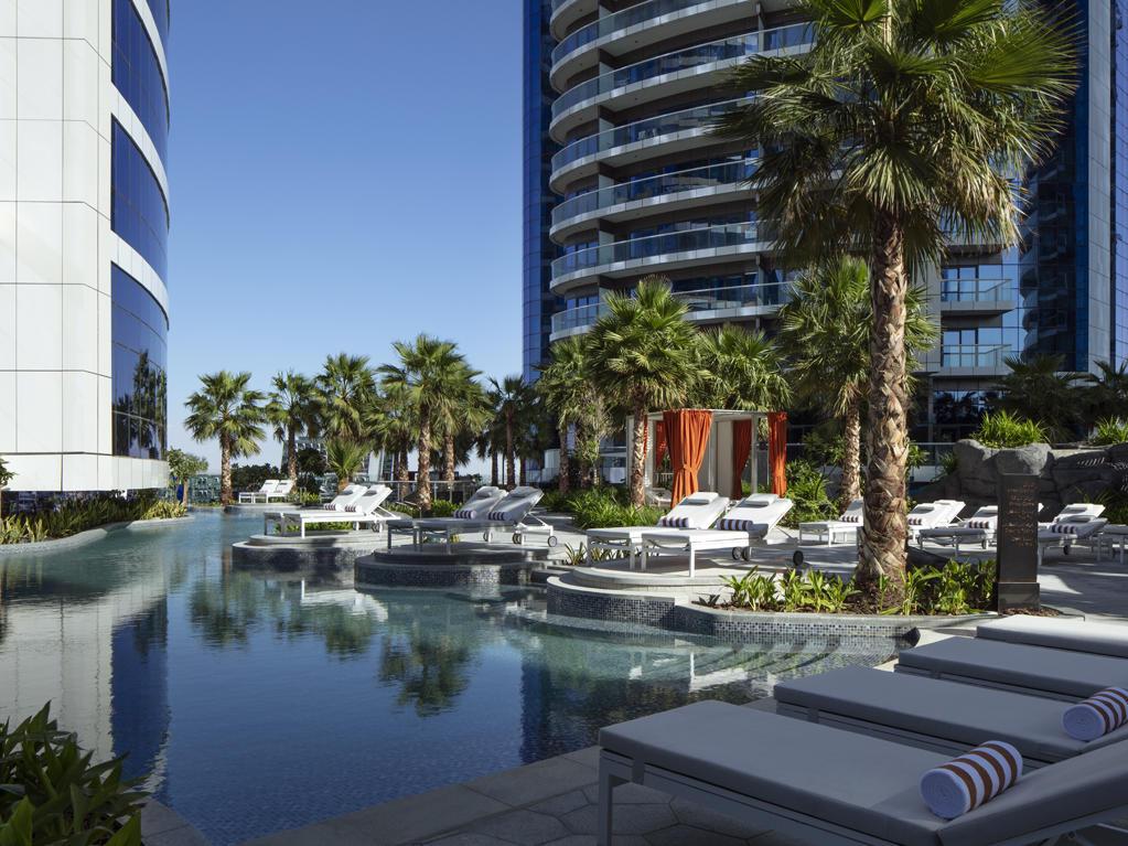 酒店游泳池甲板