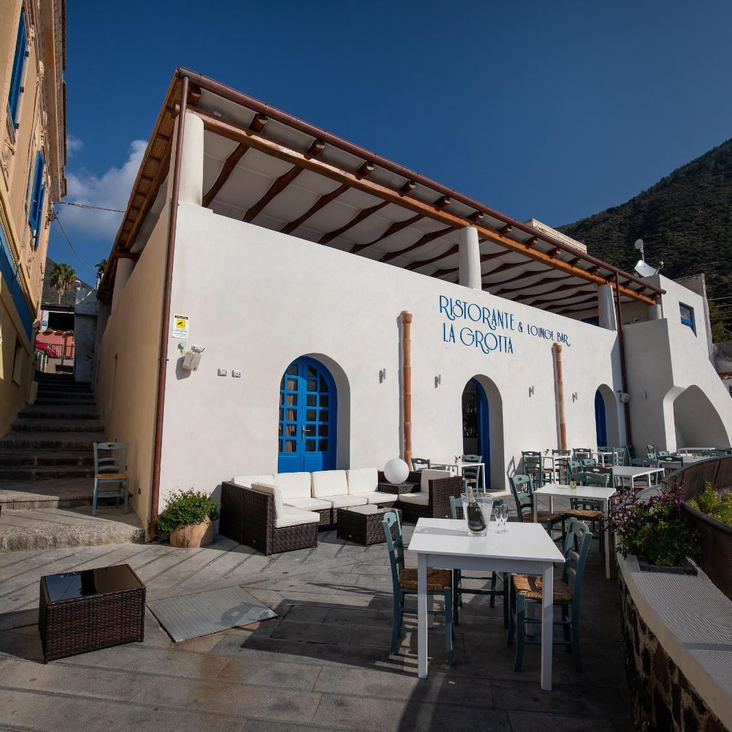 Ariana_Hotel_Isole_Eolie_UNA_Esperienze_bar_exterior