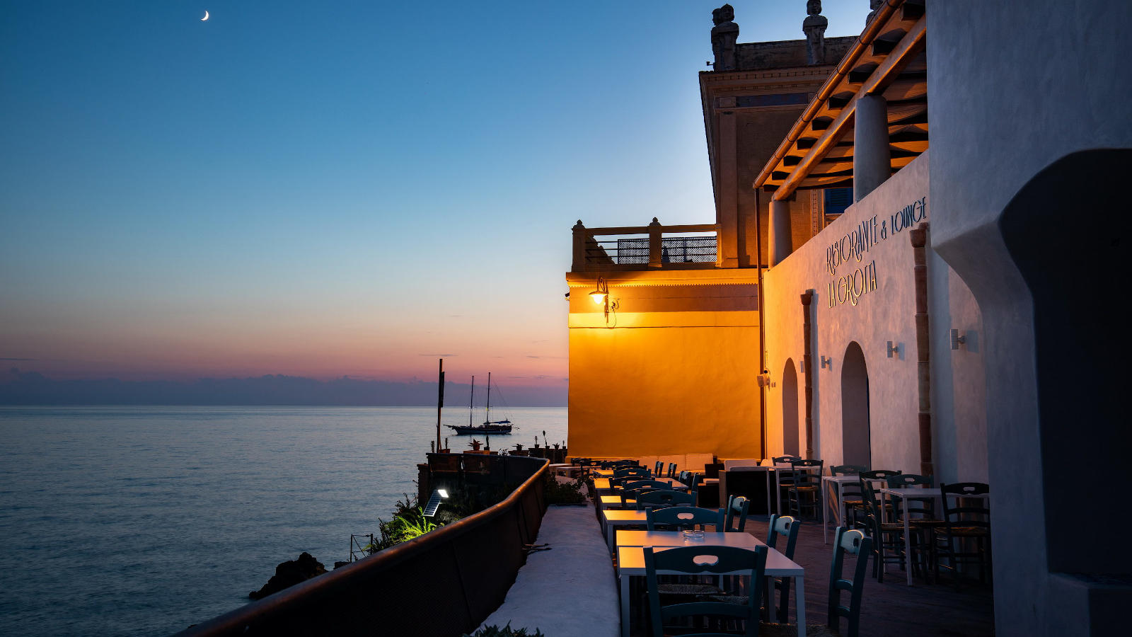 Ariana_Hotel_Isole_Eolie_UNA_Esperienze_bar_sunset