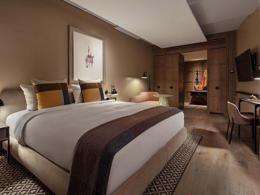 The Londoner Hotel - Corner Suite Bedroom