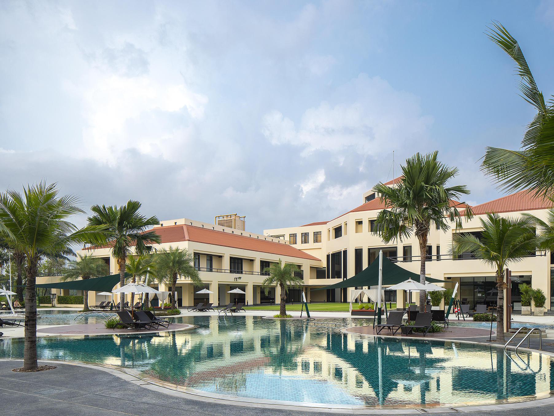 Pool Area - Eastin Hotel