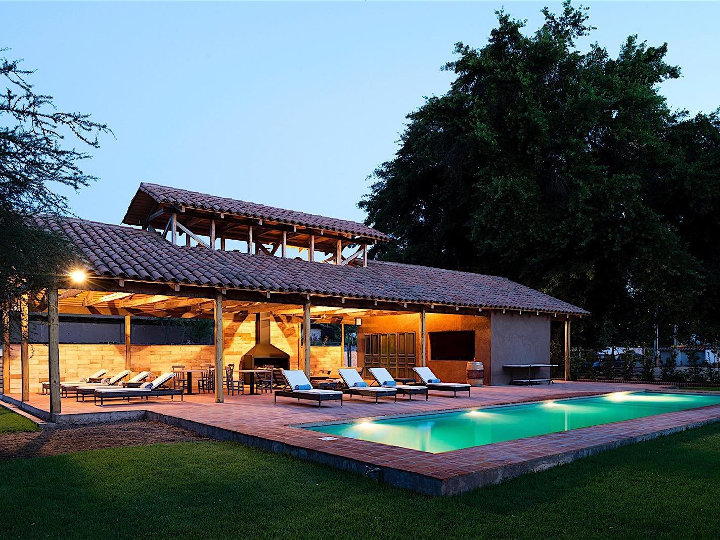 Pool house & lounge area with sunbeds at Noi Blend Colchagua