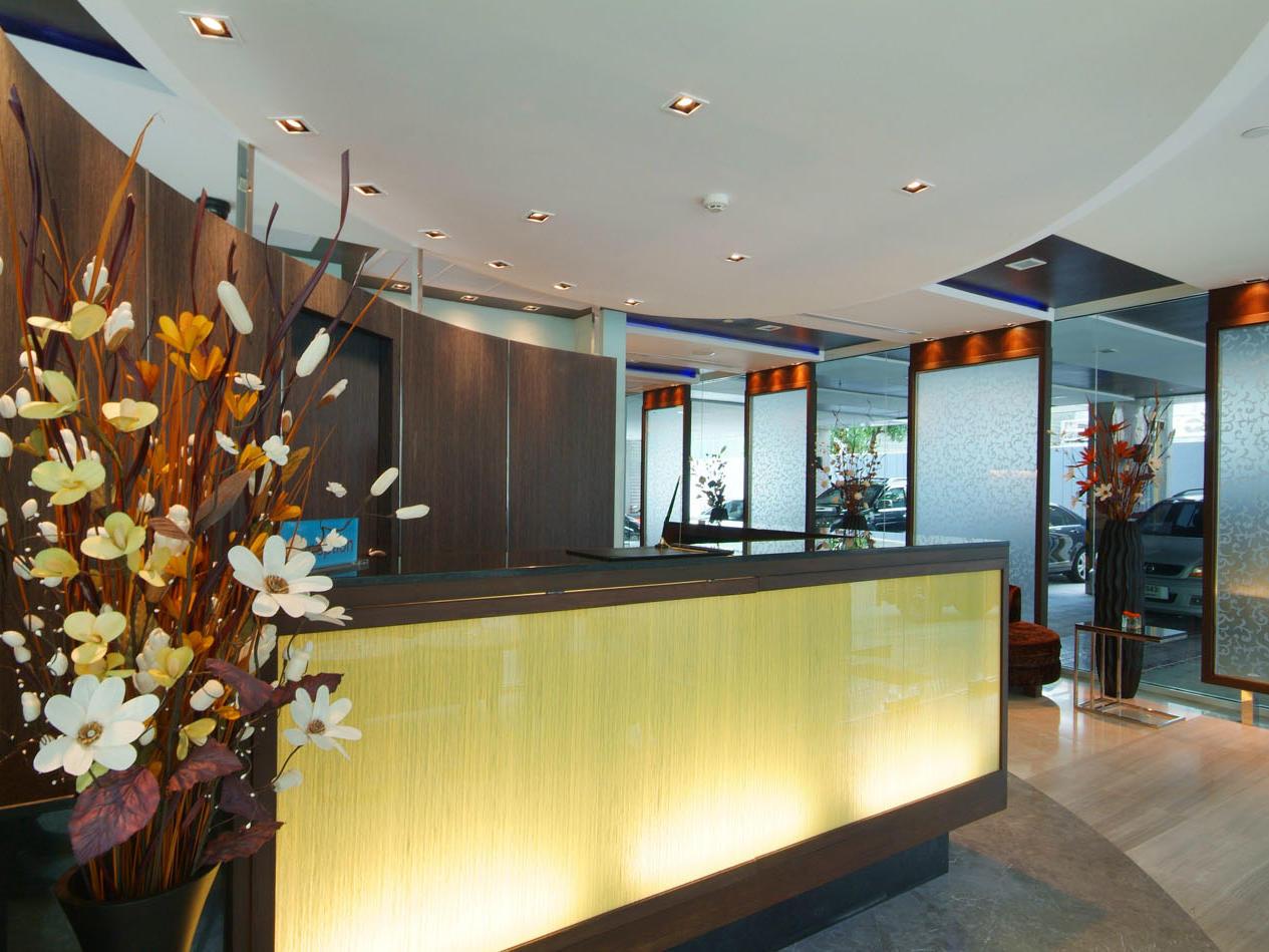 Amora Neoluxe Hotel Bangkok's reception desk
