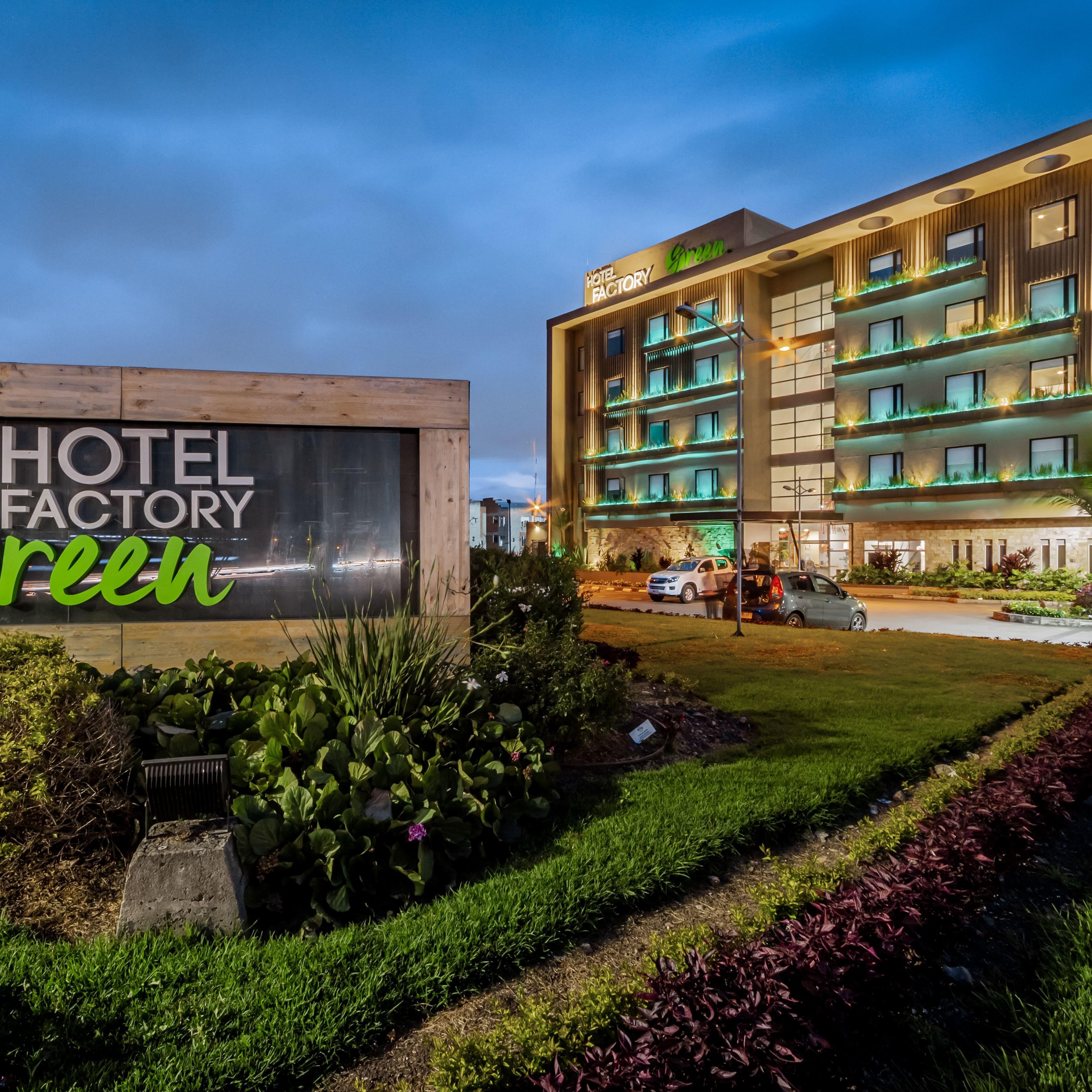 Fachada Noche Hotel Factory Green