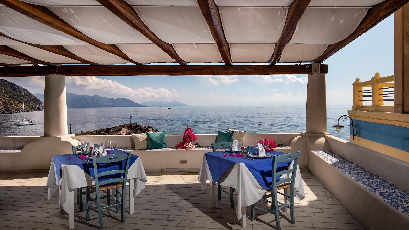 Ariana_Hotel_Isole_Eolie_UNA_Esperienze_restaurant_terrace
